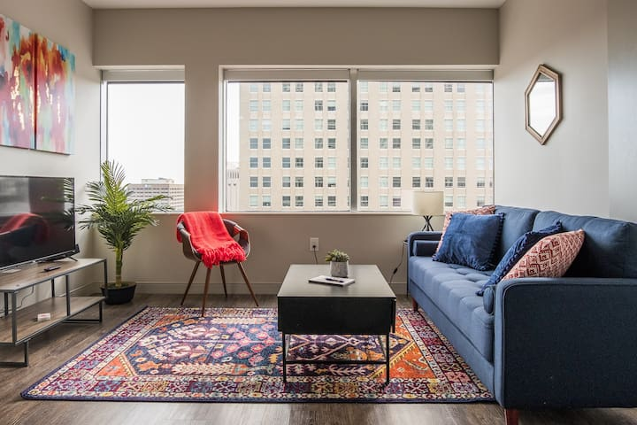 Deluxe 1BR Apt in High-Rise Tower near Everything