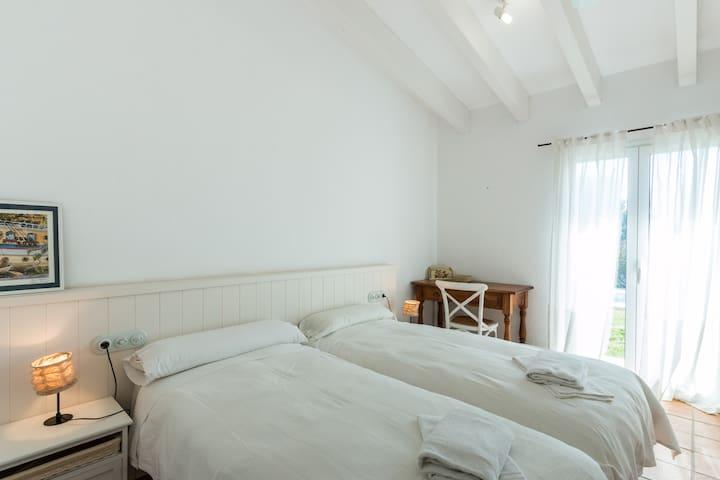 Chambre avec 2 lits simples (chambre 2), donnant sur la piscine