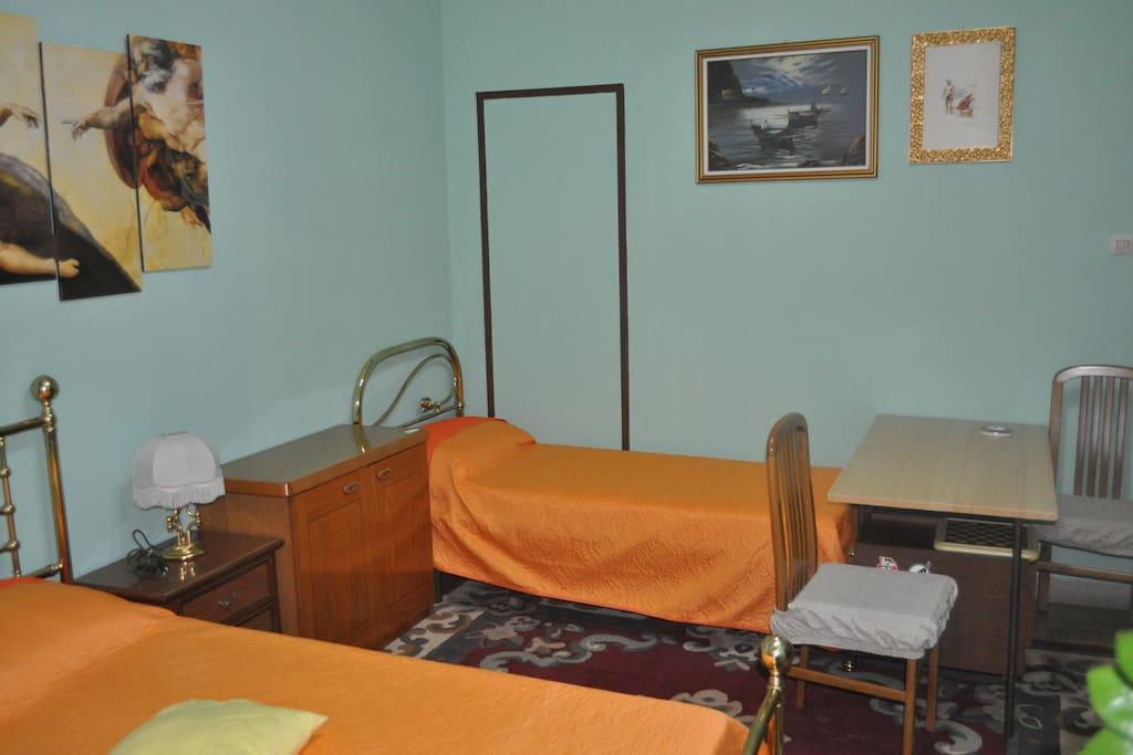 Stanza n. 4 - letto matrimoniale + letto singolo con bagno privato