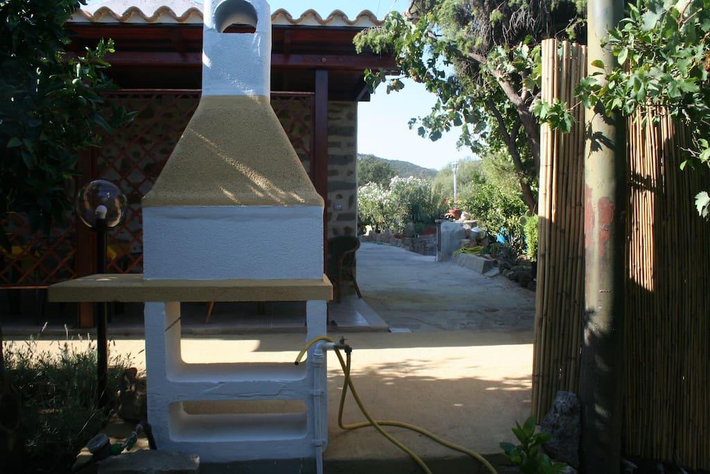 Intima e graziosa zona esterna con barbecue a disposizione degli ospiti, veranda e doccia esterna.