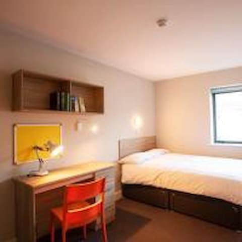 Galway City Three bedroom, Sleeps 6 people.