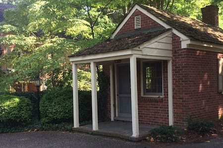 Guest house with parking space - Winston-Salem