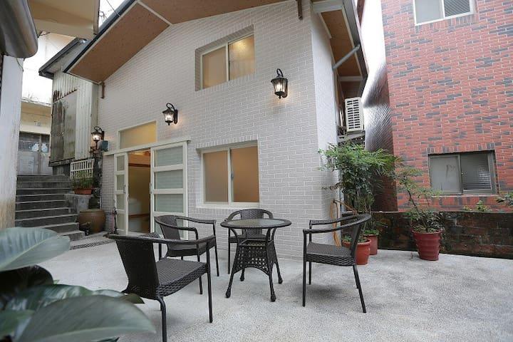 九份閒情民宿-園景樓中樓4人房(可加床至8人)位於老街尾段