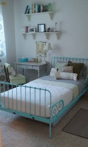 Perfect Roseville Location - Private Twin Bedroom