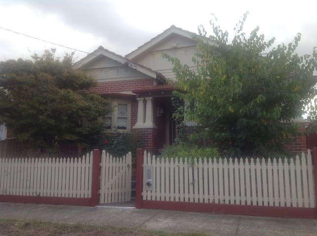 Charming Edwardian Brick Home - Pascoe Vale South - บ้าน