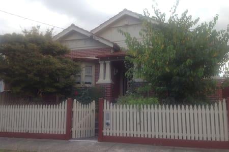 Charming Edwardian Brick Home - Pascoe Vale South - Rumah