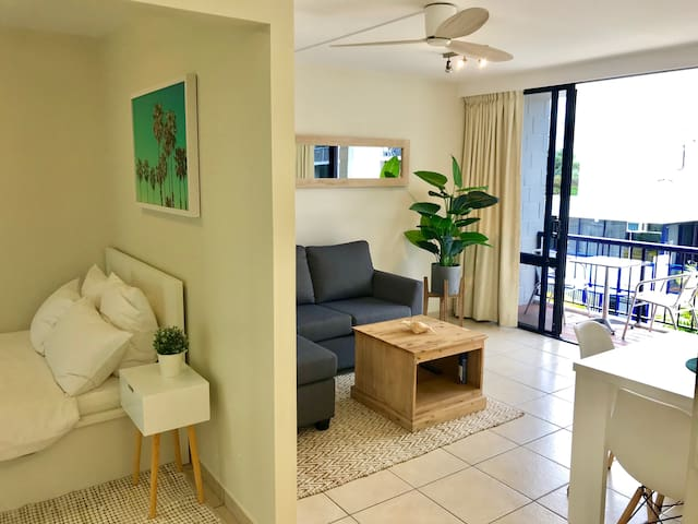 COSY UNIT BY THE BEACH, WITH FREE PARKING!