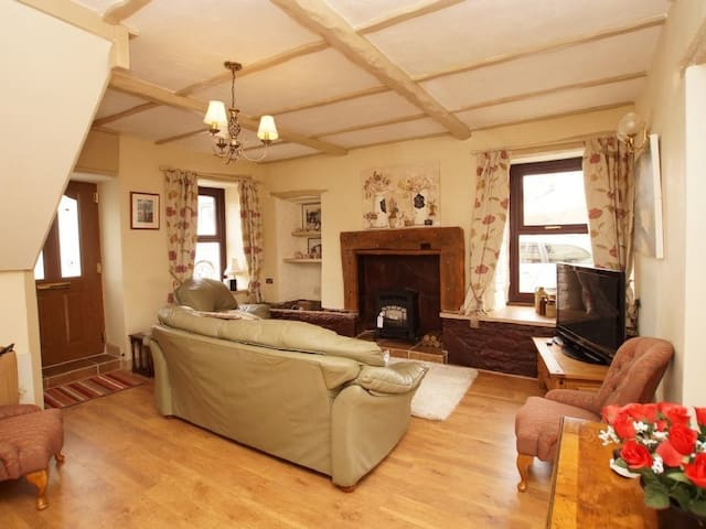 RIVER COTTAGE, pet friendly, with a garden in Penrith, Ref 972596