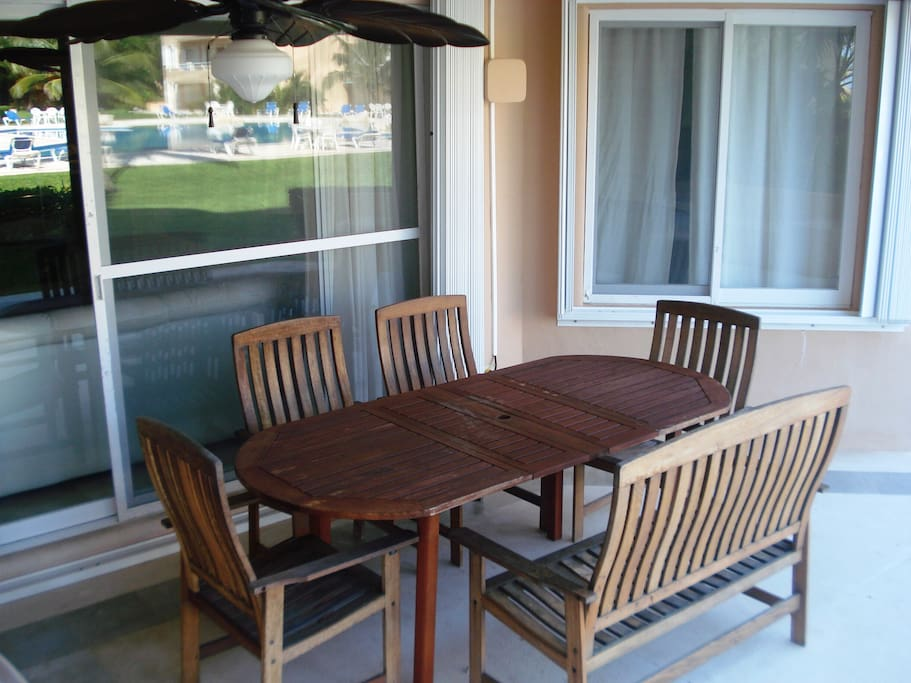 Outdoor dining for six people