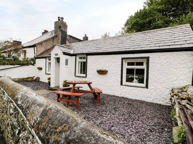 TY COED, pet friendly, with open fire in Llanberis, Ref 982019