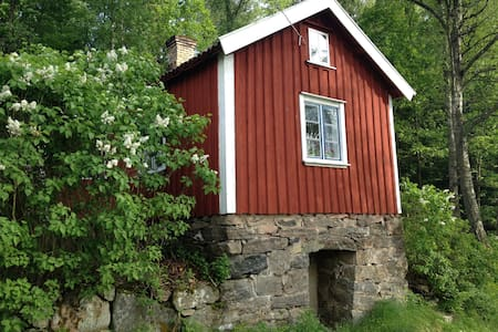A little red cottage in the woods - Alingsås - Kisház