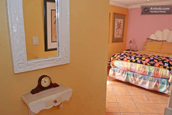 Charming Room 10M walk to Beach W/Private Bathroom