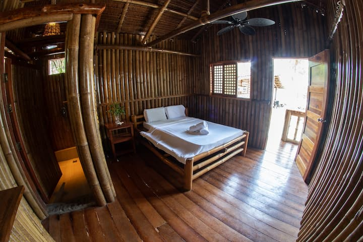 Bamboo Cabin - 25 metres from ocean & small beach
