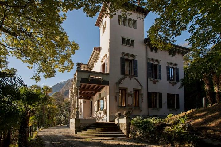 Exclusive Villa Larius with covered swimming pool