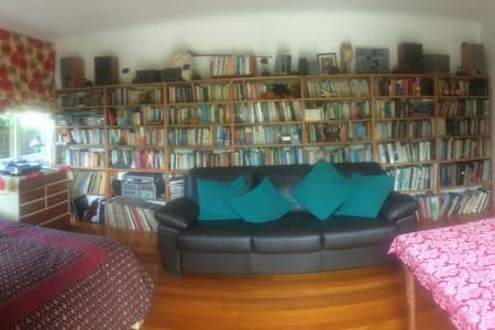 Library room in tranquil Indooroopilly - Indooroopilly - Bed & Breakfast