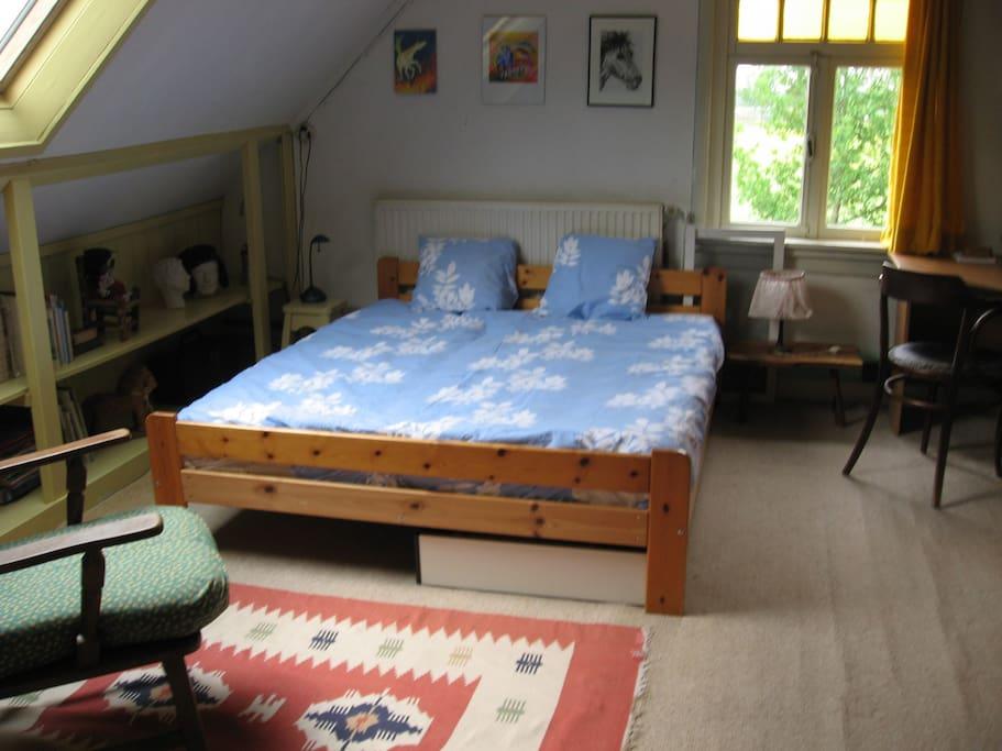 Prinsenkamer met eenvoudige keuken.