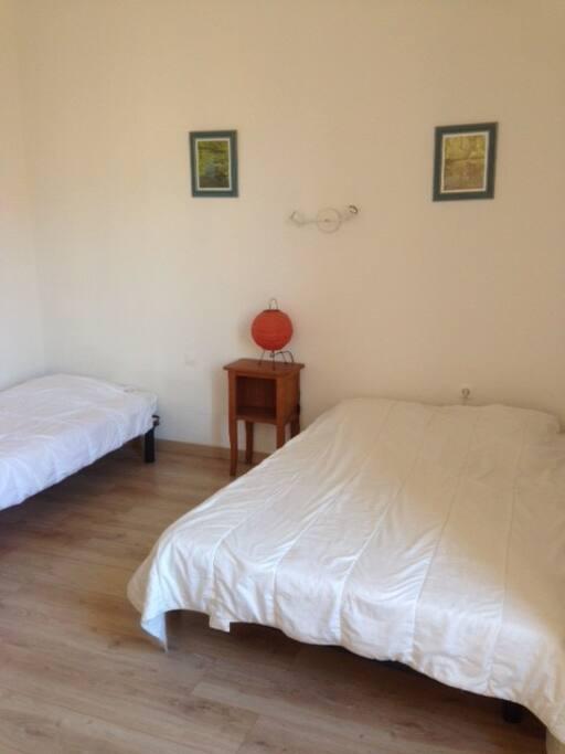 la chambre avec 1 lit simple & 1 lit double