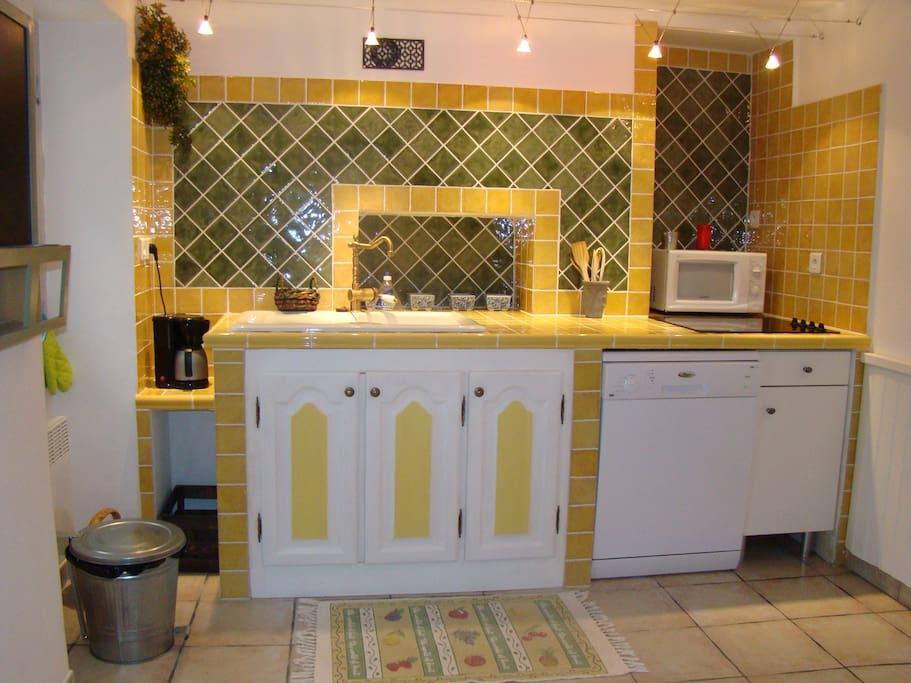 Cuisine équipée four + micro ondes + lave vaisselle + lave linge + réfrigérateur-congélateur