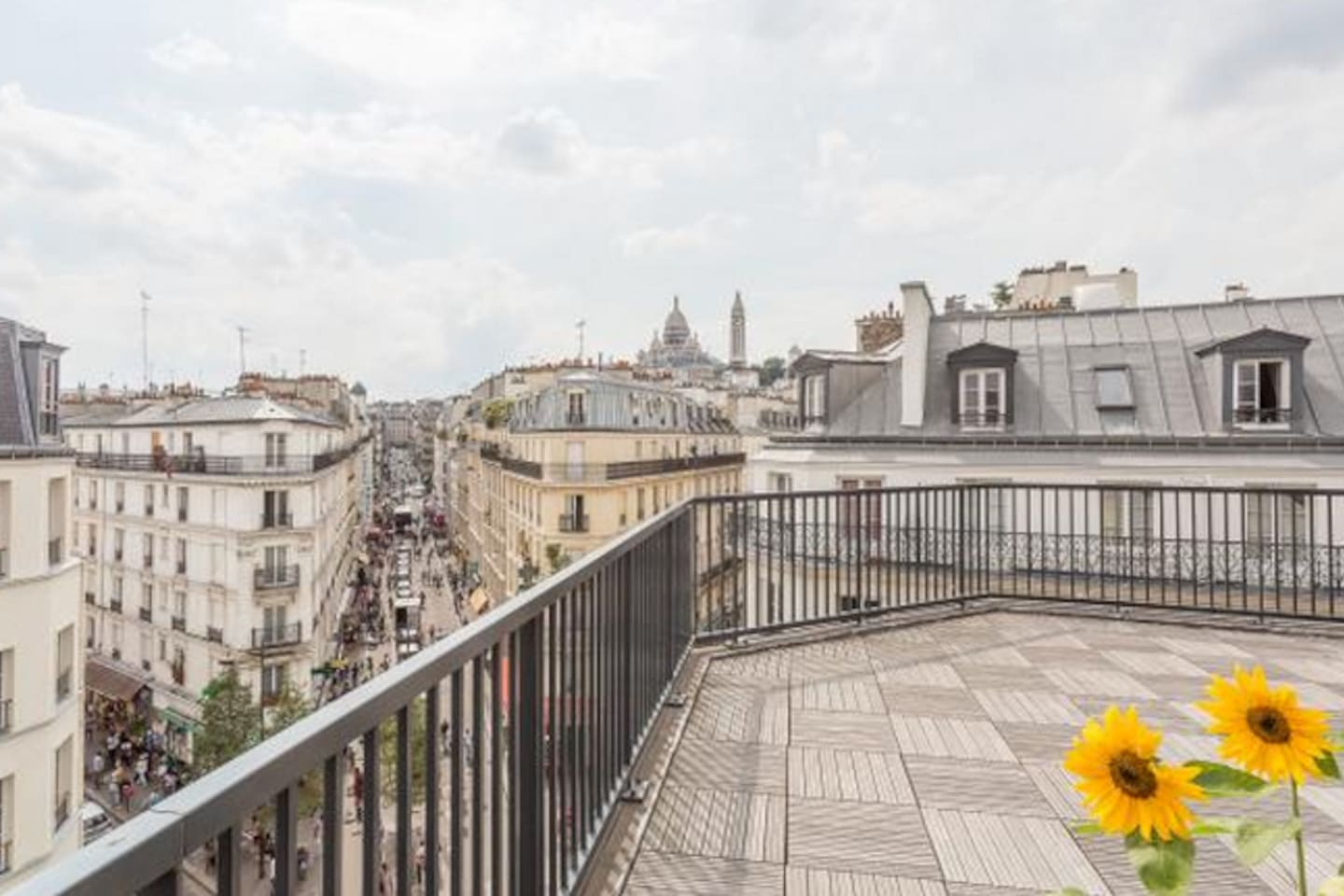 Shared terrace on top of the building with a look on the Sacré Coeur
