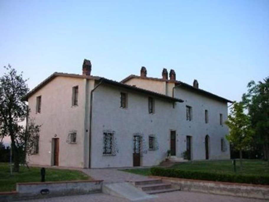 L'appartamento si trova dentro un ex edificio scolastico in campagna.