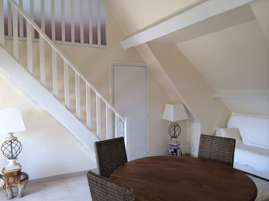 Le salon/ salle à manger et les escaliers menant à la chambre à l'étage ( 2 lits simples)