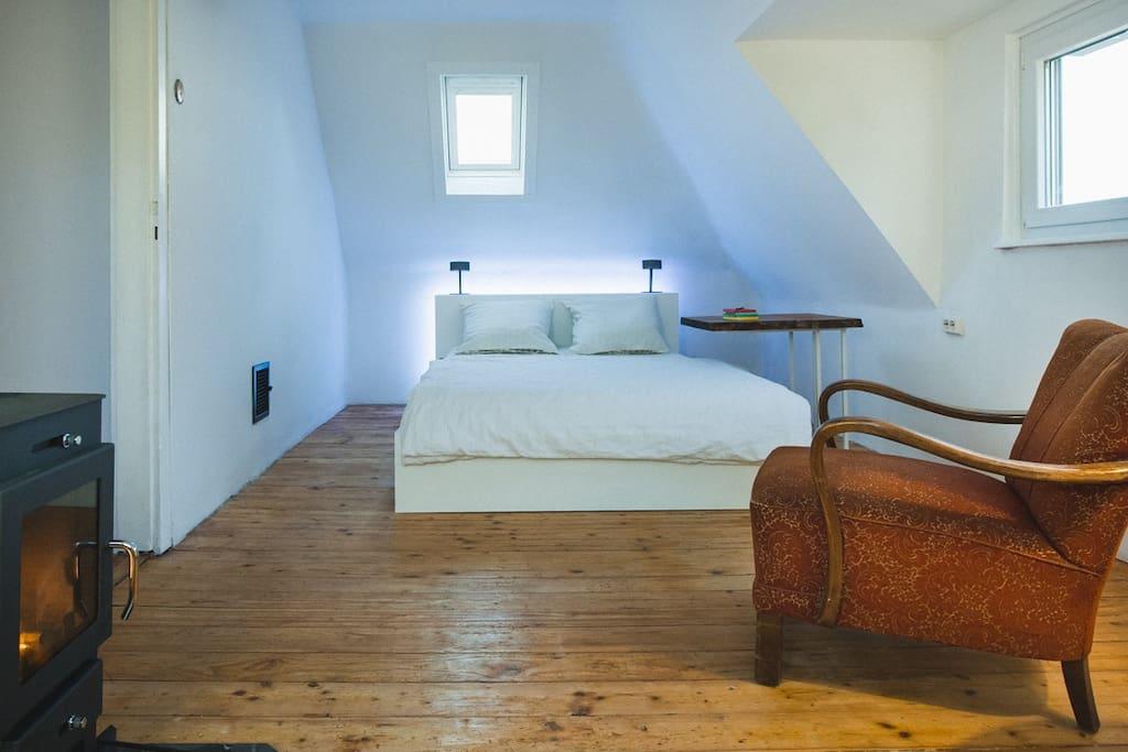 Schlafzimmer mit Kamin und Lesebereich. (ausschließlicher Gästebereich)