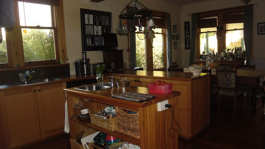 Comfortable older style family home: sea views. - Parklands - Bed & Breakfast