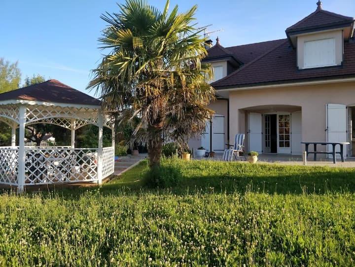Villa d'exception : vue dégagée et grand jardin