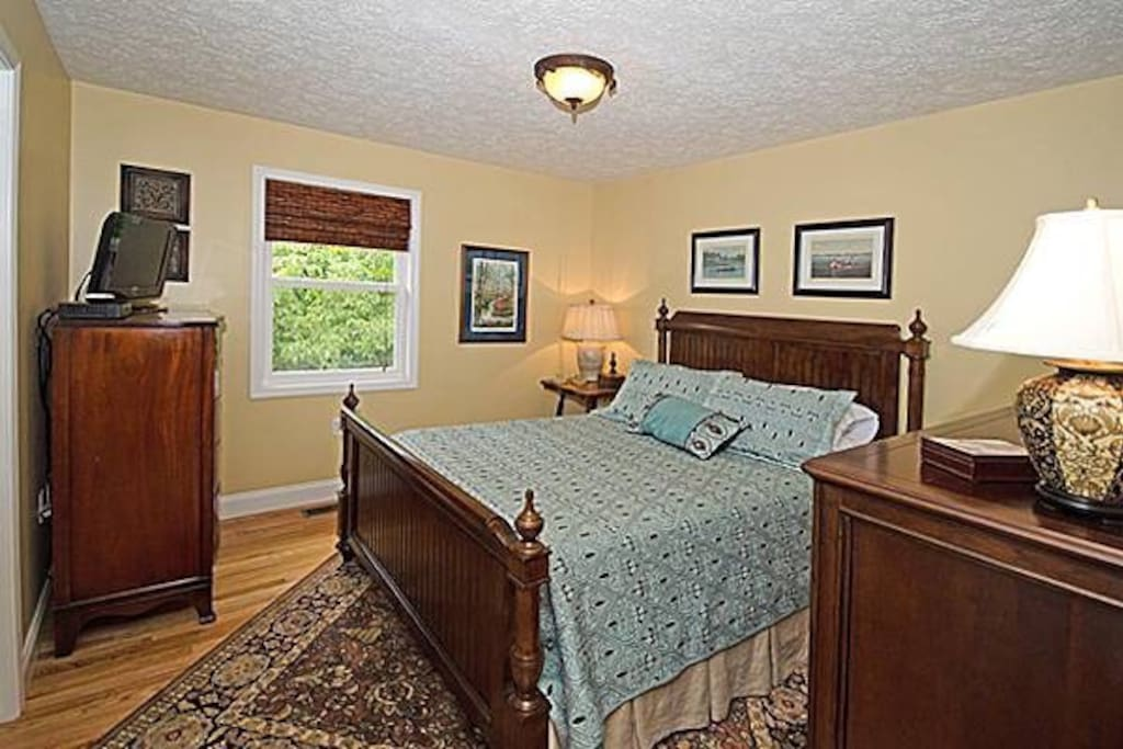 Master Bedroom with Queen Bed Memory Foam mattress, flat screen Satellite TV/DVD/WiFi.  Full Bathroom beside with Tile Shower.