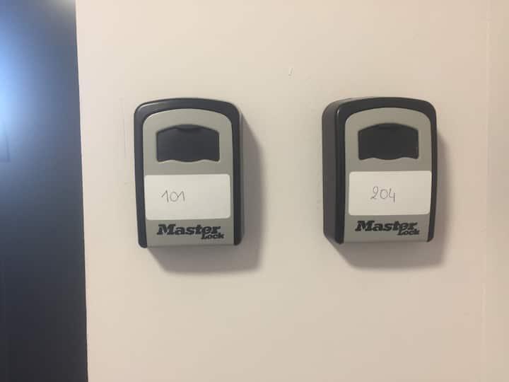 STUDIO NEUF avec clim - gare - circuit - 10min