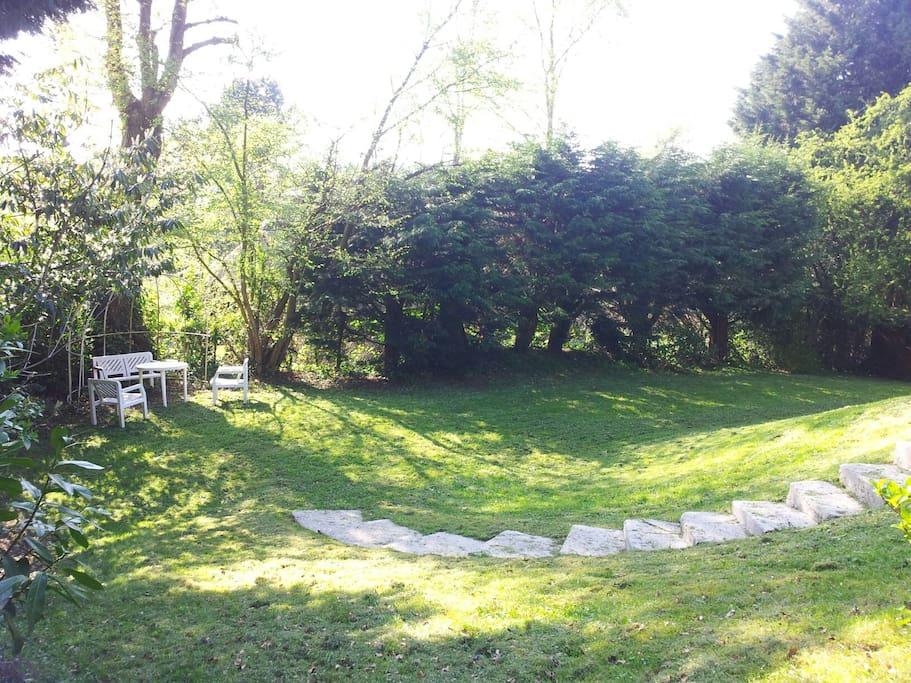 Terrasse en nature pour repas et petit déjeuner ou détente