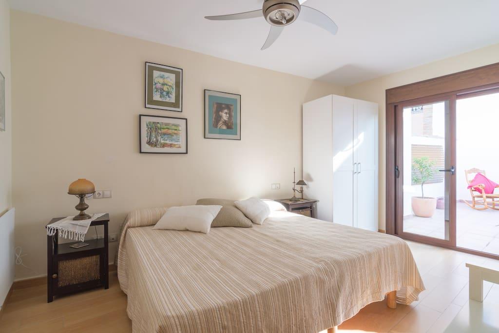 Habitaci n con ba o integrado y terraza privada casas en for Habitacion con piscina privada madrid