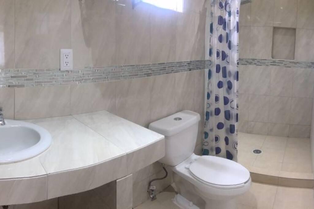 Vista de baño completo, buenos acabados, agua caliente.