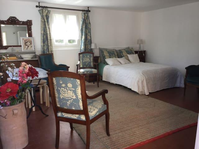 Petite maison dans un village - Valmondois - Bed & Breakfast