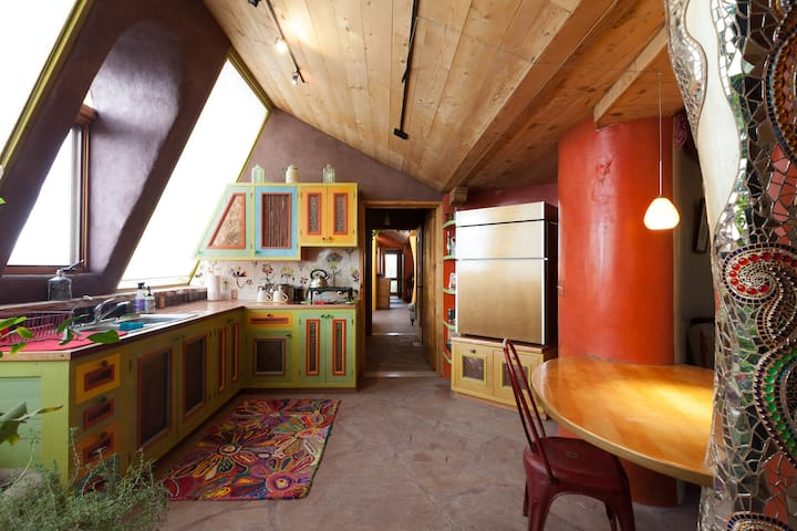 Taos Earthship: Oddhouse