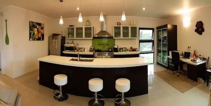 Tupapa Palms Family Home - Aircon, Screens