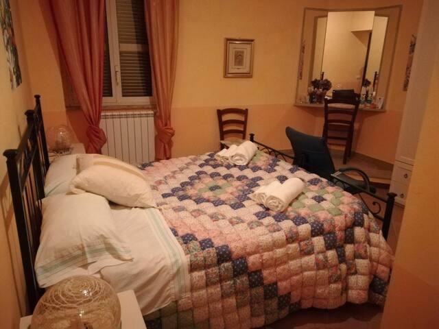 Camera matrimoniale con bagno privato in casale