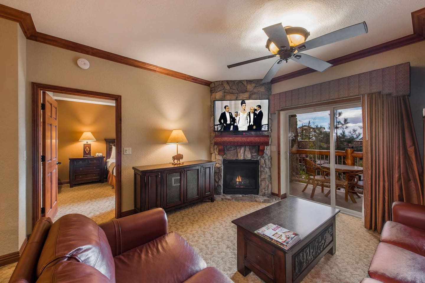 New Leather Sofas, Gas fireplace, Cable HDTV, Wifi, Private Patio,