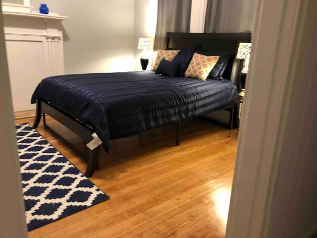 Spacious Apartment Close to Park, Downtown & Food