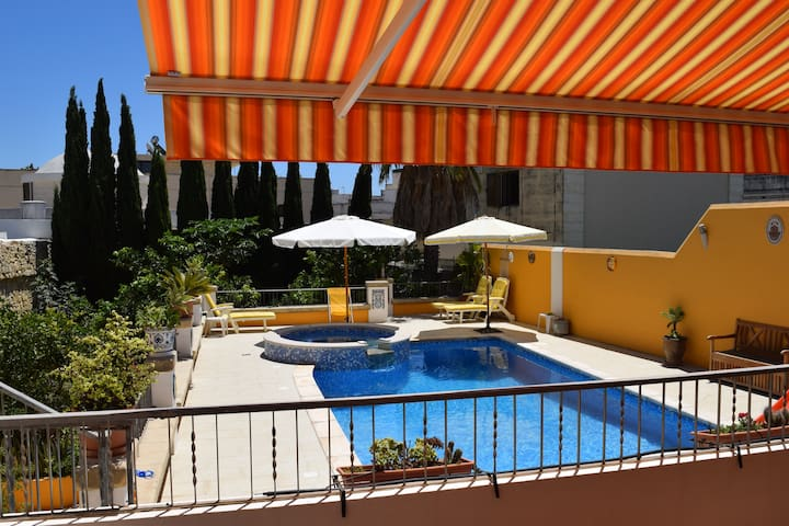 Central villa apartment & pool, free wifi/parking!
