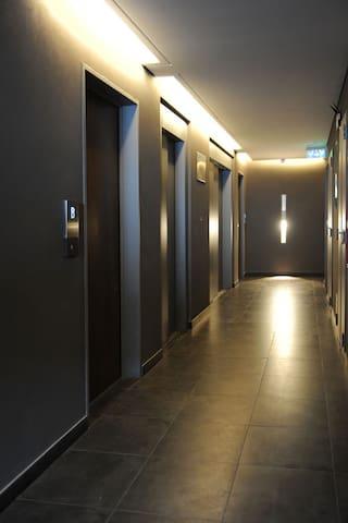 pasillo de acceso a los departamentos en el piso 3