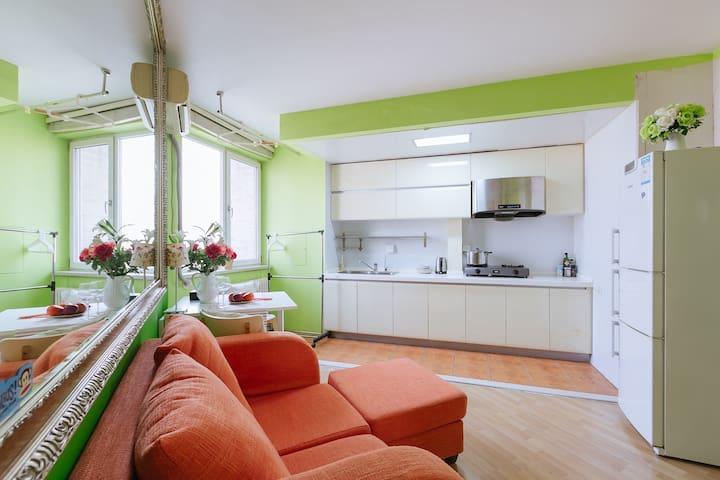 温馨的暖色的客厅