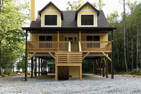 Waterfront home nestled on the shore of Lake James - Nebo - Дом