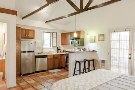 Charming Guest Loft w/Private Entr. - Los Angeles