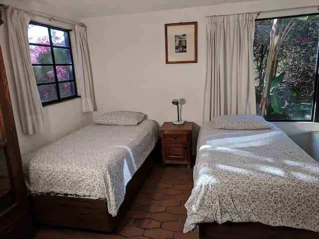 Big room with two singles / Cuarto amplio con dos camas