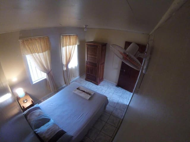 Charming room in 3 bed apartment in quiet area - Utila - Apartment