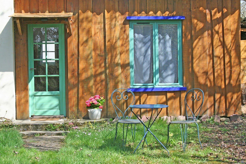 Table de jardin devant le chalet.