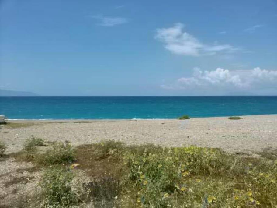 il mare cristallino e la splendida spiaggia di Ponente faranno da cornice alla tua splendida vacanza...