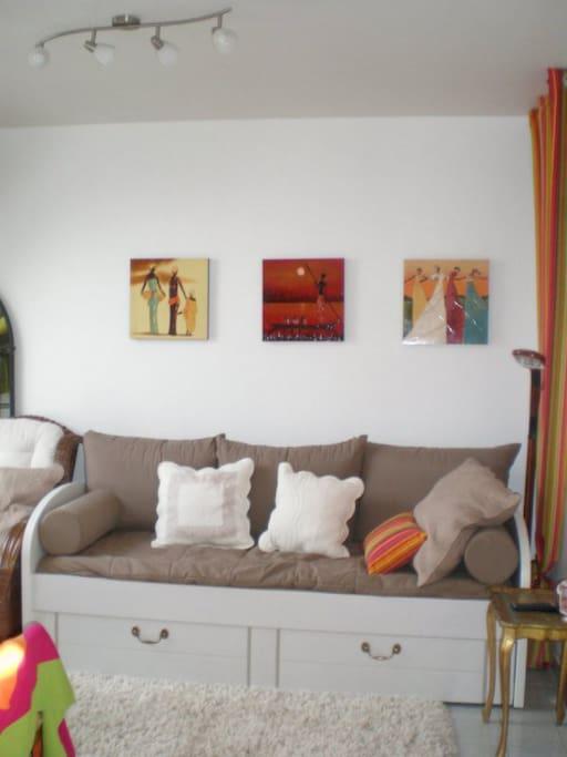 Le canapé du salon peut éventuellement servir de couchage (un tiroir découvre un matelas)