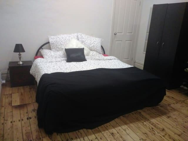 Big double room in trendy Newtown! - Enmore - บ้าน